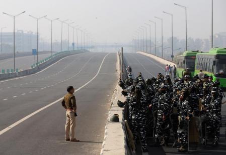 Aspecto de una de las cinco autopistas de acceso a Delhi que han sido cortadas (EP)
