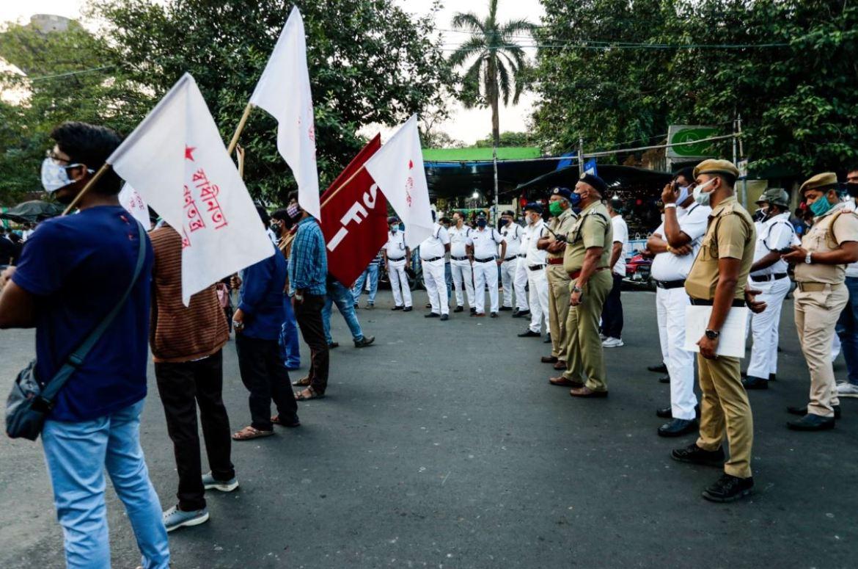 印度学生联合会成员在加尔各答封锁道路,以声援抗议新农业政策的农民(美联社)