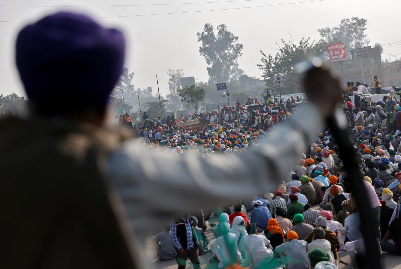 农民们在新德里附近的新湖边境参加抗议新农业政策的示威活动(路透)