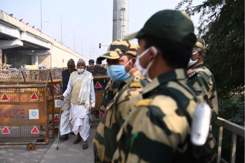 边境安全部队(BSF)成员封锁了一条道路,以阻止示威农民进入新德里(法新社)