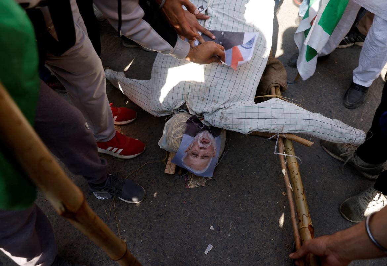 المحتجون ينددون بسياسات رئيس الوزراء ناريندرا مودي الزراعية ويعتبرونها معادية لهم ومؤيدة للشركات التجارية الكبرى (رويترز)