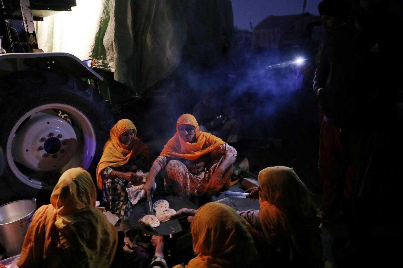 نساء يجهزن طعاما للمحتجين المعتصمين في العراء (الأوروبية)