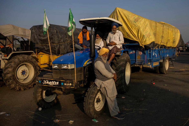 المزارعون يواصلون التوجه من البنجاب إلى نيودلهي للمشاركة في الاحتجاجات (رويترز)