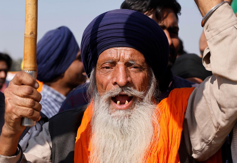 محتجون من مختلف الأعمار (رويترز)