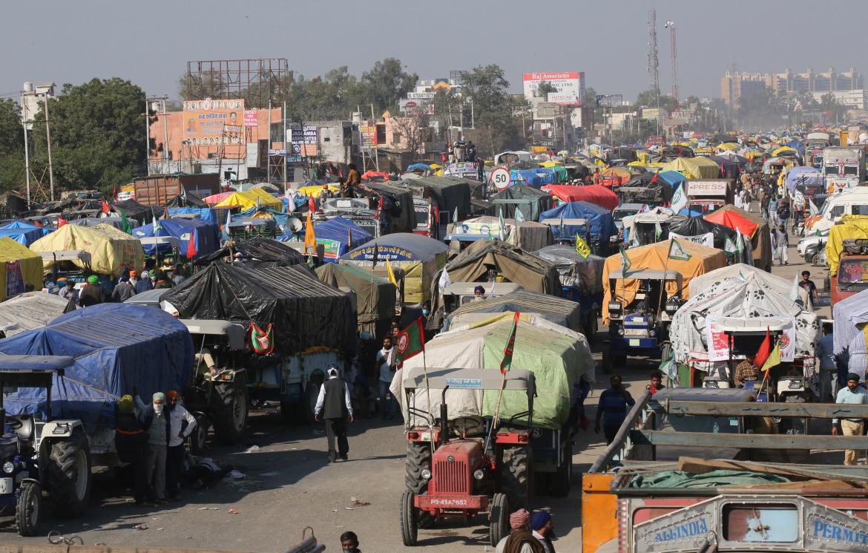 مجموعة من المحتجين يحاولون عبور نقاط حدود نيودلهي التي أغلقتها السلطات الهندية لمنع تدفقهم إلى العاصمة (الأوروبية)