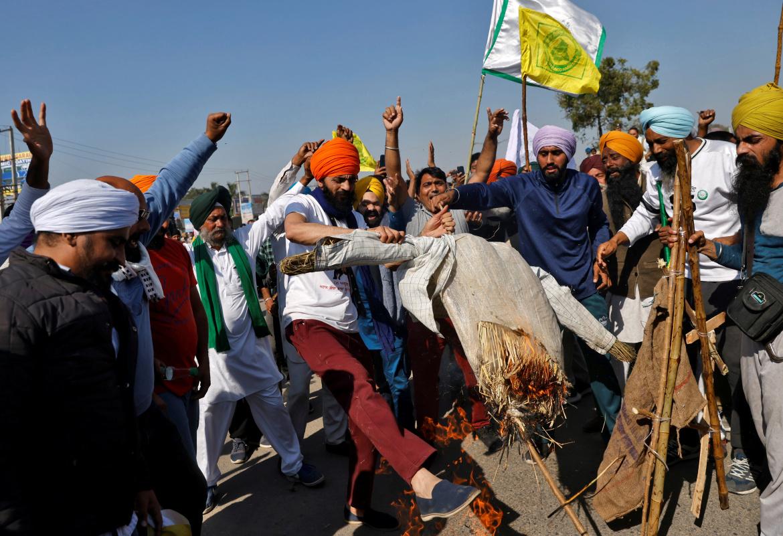 .. ويحرقون دمية لمودي خلال احتجاجاتهم (رويترز)