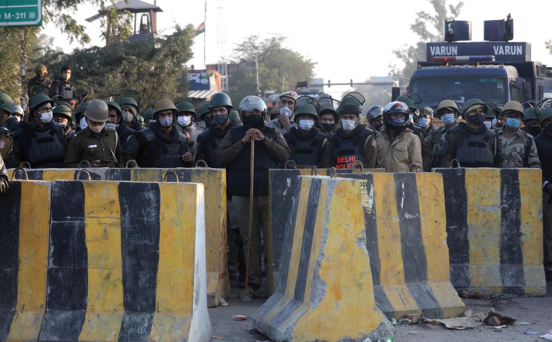 الشرطة الهندية تقيم حواجز إسمنتية في منافذ نيودلهي للحيلولة دون تدفق المزيد من المزارعين المحتجين (الأوروبية)