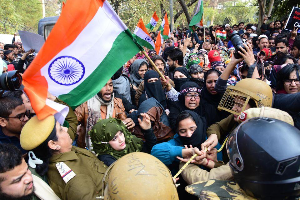 10/02/2020 Delhi,Jamia University , manifestanti si scontrano con la polizia mentre cercano di attraversare...