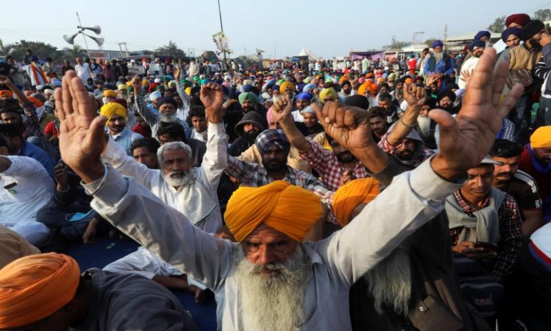 بھارتی GDP میں 23 فیصد حصہ رکھنے والا شعبہ سڑکوں پر نکل آیا ہے— تصویر: رائٹرز