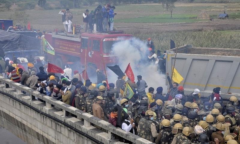 کسانوں پر آنسو گیس کی شیلنگ کی جارہی ہے— تصویر: رائٹرز