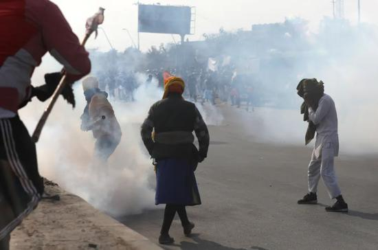 当地时间1月26日,印度新德里,抗议者与警方发生肢体冲突。图/IC photo