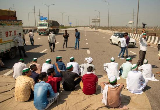 当地时间3月6日,印度新德里,印度农民在首都新德里郊区集会,封锁了一条六车道的高速公路,抗议印度政府提出的农业改革法案。图/IC photo