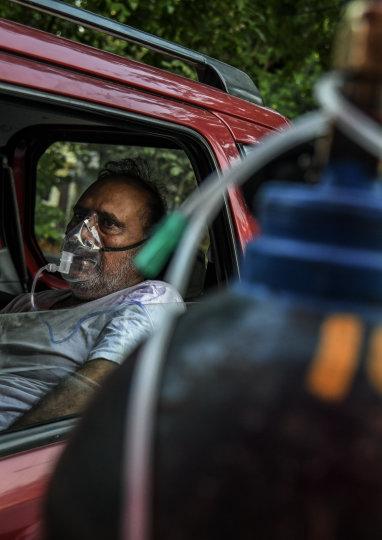 A COVID-19 patient receives oxygen in Delhi.