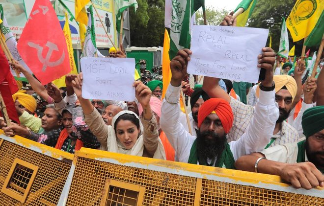 فلاحو الهند يجددون محاولاتهم لإلغاء قوانين زراعية .. مخاوف من هيمنة الشركات